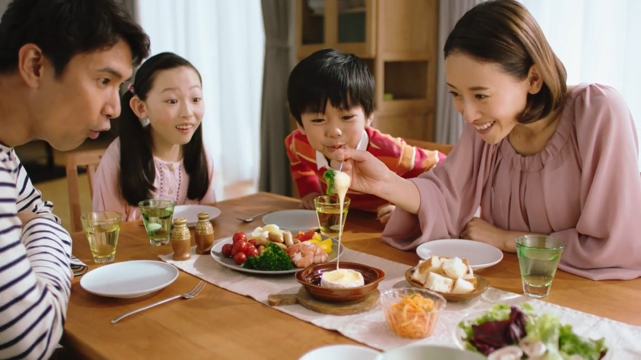 伊藤久美子 明治 北海道 十勝 カマンベール 「とろけてーる」篇 CM